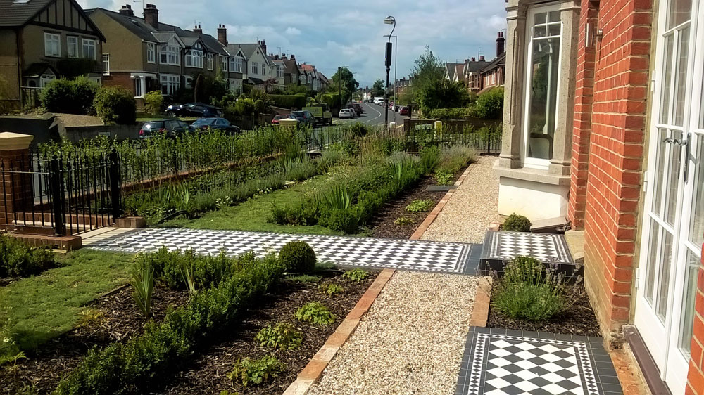 paving ideas for your garden - a chequered pathway