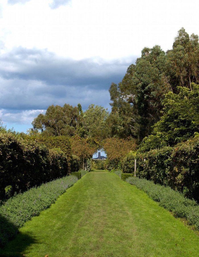 using boundary hedges to enhance the view