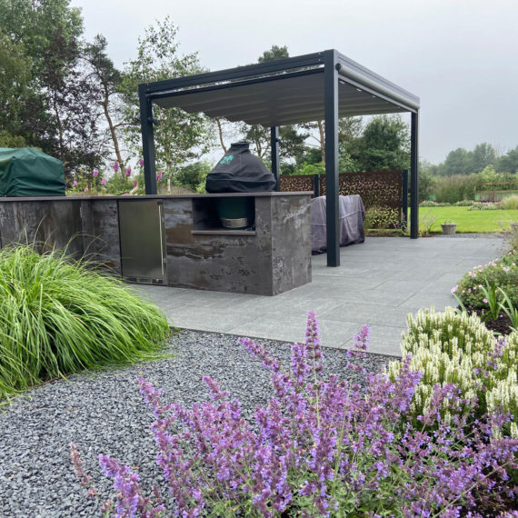 outdoor kitchen with porcelain cladding pizza oven and barbecue